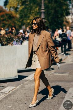 There's something so effortless yet put-together about throwing on an oversized blazer. Whether you're wearing it with jeans for the weekend or pants for the office, sizing up in your favourite blazer is an easy… View Post Fashion Mode, Big Fashion, Autumn Fashion, Fashion Trends, Womens Fashion, Spring Fashion, Young Fashion, Fashion Weeks, Fashion 2018
