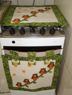 Capa para fogão e capa para esconder o forno em tecido 100% algodão estruturadas com manta acrilica e forro. Peças quiltadas. As alças contem tic-tac para prender a peça ao fogão e facilita a retirada. Capa para o fogão mede 45 X45. Capa para o forno mede 45 X 45 cm ( sem a alça)