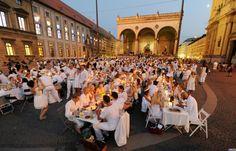 """Flashmob """"Ganz in Weiß"""" (Diner en blanc) auf dem Odeonsplatz  in München"""