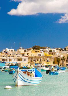 Malerisch ist auch das Fischerdorf Marsaxlokk an der Südostküste von Malta, das vor allem wegen seiner bunten Boote - den so genannten Luzzu - , die im Hafen ankern, bekannt ist. Bereits in der Antike war Marsaxlokk ein wichtiger Umschlagplatz für Händler und Seefahrer und zieht heute Touristen aus aller Welt an.