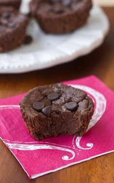 Flourless Chocolate Blender Muffins. Super healthy chocolate muffin recipe, with NO flour, NO oil, and NO refined sugar! @choccoveredkt https://chocolatecoveredkatie.com
