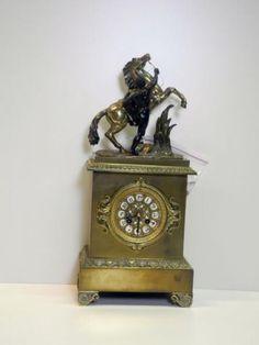 Franse bronzen pendule met sculptuur van een paard op de kast; ca. 1830.