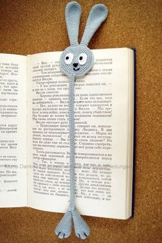 This Pin was discovered by KAR Discover recipes, home ideas, Crochet Bookmark Pattern, Knit Headband Pattern, Crochet Bookmarks, Crochet Books, Crochet Gifts, Cute Crochet, Crochet Motif, Crochet Stitches, Knit Crochet