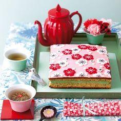 Feuilleté à la pistache décoré de fleurs nippones en pâte d'amande rouge et blanche