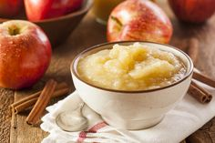 La mela, buona cruda e cotta: i benefici e le ricette.  La mela è un frutto sano, nutriente, croccante e gustoso: è disponibile in tante varietà – due sono le più rappresentative, quelle gialle e quelle rosse –