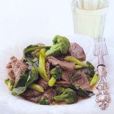 Rundvlees met broccoli en oestersaus - recept - okoko recepten Meat Lovers, Pot Roast, Ethnic Recipes, Food, Carne Asada, Roast Beef, Essen, Meals, Yemek