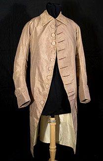 El punto en el centro de la parte posterior del cuello apareció por primera vez en el vestido de los hombres a finales del 1770. El, color salmón pálido y sencilla decoración de este abrigo de seda cosido a mano son un nuevo desarrollo en la moda, en contraste con la rica gama de colores y bordados ornamentada de los años 1750 y 1760