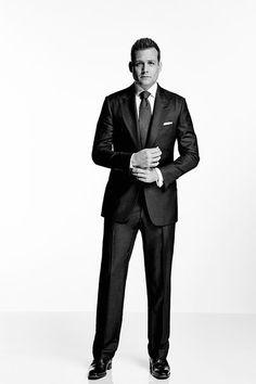"""In """"Suits"""" trägt der Seriencharakter Harvey Specter gerne Dreiteiler. Wir haben sein Look nachgestylt in einer günstigen und einer edlen Variante."""