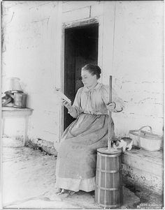 Reading while churning butter (with cat taking care of splashes), 1897 (via vintage everyday: Old Photos of Domestic Activities) Vintage Pictures, Old Pictures, Vintage Images, Old Photos, People Reading, Woman Reading, Vintage Abbildungen, Churning Butter, Into The West