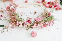 DIY-Anleitung: Kränze aus Trockenblumen binden Dried Flowers, Diy Wedding, Floral Wreath, Wreaths, Creative, Home Decor, Nature, Rustic Candles, Single Flowers