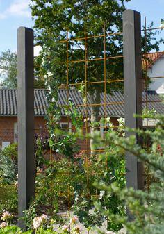 Plus Danmark - Deens design Small Backyard Gardens, Garden Pool, Outdoor Gardens, Backyard Pergola, Backyard Landscaping, Garden Screening, Sensory Garden, Walled Garden, Farm Fence