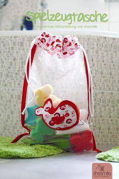 Freebook! Badespielzeug-Tasche aus Tüll. Genäht mit Kordelzug (Eine kostenlose… String Bag, Backpacks, Quilts, Sewing, Couture Sac, Taschen, Print Templates, Fruit, Pouch
