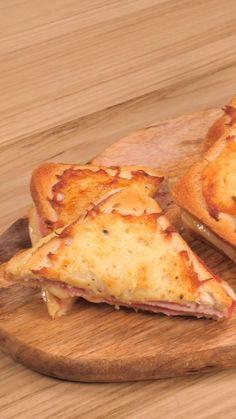 Käse-Schinken-Toast deluxe: SO einfach macht ihr den französischen Klassiker Croque Monsieur selbst! Die Anleitung zum Rezept, sehr ihr im Video. #food #rezept #toast #käse #schinken #cheesy