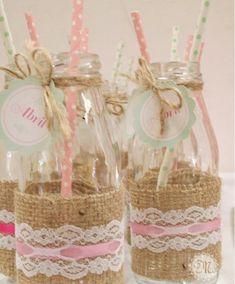 Si quieres añadir accesorios a la mesa dulce o Candy bar puedes realizar estas botellas para licuados de cumpleaños, son bonitas y fáciles de hacer.