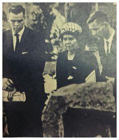 Mev. Betsie Verwoerd saam met haar twee seuns, Hendrik en Wilhelm, by die Helde-akker.