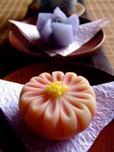 Wagashi (和菓子) is a traditional Japanese confectionery which is often served with tea. Japanese Sweets, Japanese Wagashi, Japanese Cake, Japanese Food, Traditional Japanese, Wagashi Japonais, Desserts Japonais, Japanese Tea Ceremony, Colorful Cakes