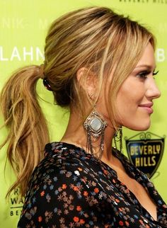 Hilary Duff wore her hair up in a messy ponytail: casual but elite! Love Hair, Great Hair, Gorgeous Hair, Beautiful Earrings, Easy Summer Hairstyles, Pretty Hairstyles, Low Pony Hairstyles, Messy Ponytail Hairstyles, Hairstyle Hacks