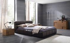 Tufty Bed - B & B Italia  Productspecificatie  Breedte 220 x Lengte 247 x Hoogte 77 / 32 (zonder matras) cm geschikt voor matrassen van 200 x 200 cm en geschikt voor lattenbodems van 199x199 cm.    3437,- euro Exclusief matras en lattenbodem.  Meerdere maten en uitvoeringen mogelijk.