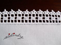 Vista lateral do picô de crochet, do individual branco