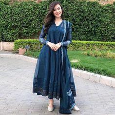 Sana Javed giving us major dressing goals Pakistani Fashion Casual, Pakistani Dresses Casual, Indian Gowns Dresses, Pakistani Dress Design, Indian Fashion, Stylish Dresses, Casual Dresses, Fashion Dresses, Ethnic Outfits