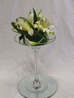 38 Beautiful Glass Vase Flower Arrangement Ideas - Art and Decoration Wedding Arch Flowers, Spring Wedding Flowers, Wax Flowers, Flower Vases, Diy Flower, Martini Glass Centerpiece, Glass Vase, Arreglos Ikebana, Modern Flower Arrangements
