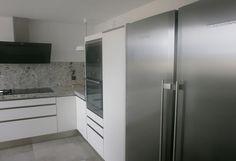 Negro, blanco y gris: una mezcla que realza una cocina de diseño angular - Cocinas con estilo