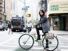 cycle chic * On the Street…Broadway, New York « The Sartorialist Dutch Bike, Broadway News, Urban Bike, Cycle Chic, Bicycle Girl, Estilo Fashion, Bike Style, Sartorialist, Street Style Looks
