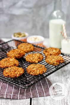 Feed Me Better: Flourless oatmeal cookies: 1 cup oatmeal, 2 bananas, 1 tbs coconut oil 2 tbs pumpkin seeds. Healthy Cake, Healthy Sweets, Healthy Snacks, Healthy Eating, Healthy Recipes, Baby Food Recipes, Sweet Recipes, Cooking Recipes, Flourless Oatmeal Cookies