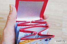 Schauen Sie mal, wie einfach und schnell kann man eine tolle Geldtasche aus Milchverpackung selber basteln. Es geht ganz einfach und schnell. Personalized Items, Money, Amazing, Bags