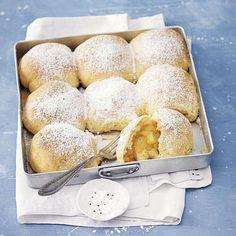 Buchteln sind eine klassische Mehlspeise. Sie sollten warm und am besten mit Vanillesauce serviert werden.