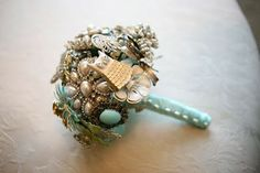 Love the aqua accents on this brooch bouquet.