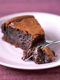 Recette FONDANT EXPRESSO : Faire fondre 250 g de chocolat à 70 % de cacao avec 250 g de beurre. Battre 5 œufs avec 180 g de sucre, ajouter le chocolat puis ...