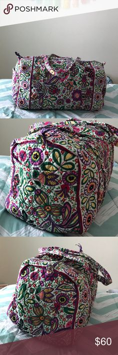"Large Duffel in Viva la Vera ✨Going home for the weekend or out on a girls' getaway? This duffel will help you pack it all in style. In big interior is great for packing lots of clothes or bulkier items like sweatshirts. The exterior pocket keep boarding passes, reading material or snacks close by.   ✨Slightly different than current model of Vera Bradley's large duffel since this is a retired color (i.e. no interior pockets).   ✨Dimensions: 22"" w x 11 ½"" h x 11 ½"" d with 15"" strap drop Vera…"