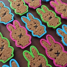 Wat een ontzettend leuk idee: Nijntje als ontbijtkoek incl. uitsteker! Super leuk als traktatie voor bijvoorbeeld op de crèche. #traktatie #ontbijtkoek #nijntje #koekjesuitstekers #uitstekers #cookiecutter Kids Birthday Treats, Gingerbread Cookies, Diy For Kids, Children, Party, Desserts, Food, Decor, Diy Home Crafts