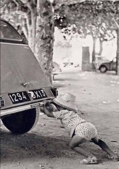Fuente: Keystone-France via Getty Images - Car Break-Down 1964. Una niña empujando el 2 CV de su padre en la Riviera francesa el 23 de julio de 1964. (a través de Newthom).