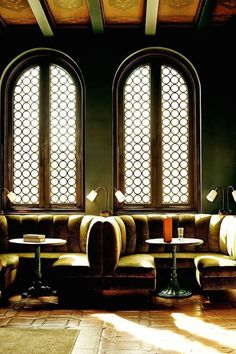 Arched windows and velvet banquettes at Palihouse Santa Monica Menu Restaurant Design, Banquette Restaurant, Concept Restaurant, Restaurant Booth Seating, Deco Restaurant, Restaurant Furniture, Luxury Restaurant, Restaurant Lighting, Menus Restaurant