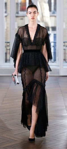 https://www.vogue.com/fashion-shows/fall-2018-ready-to-wear/ralph-and-russo/slideshow/collection#32