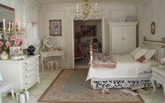 Last week, I stumbled upon this amazing doll house with beautiful French-style decor. Miniature Rooms, Miniature Houses, Dollhouse Furniture, Home Furniture, Dollhouse Ideas, Dollhouse Miniatures, Dollhouse Interiors, Barbie Furniture, French Style Decor