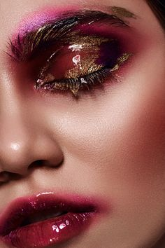 Pink lips 145944844159689297 - Beauty young Woman with pink Make-up on her Lips and liquid Gold on Eyes Source by roxanelaberge Makeup Trends, Makeup Inspo, Makeup Inspiration, Beauty Makeup, Makeup Hacks, Makeup Geek, Makeup Kit, Makeup Tutorials, Makeup Ideas