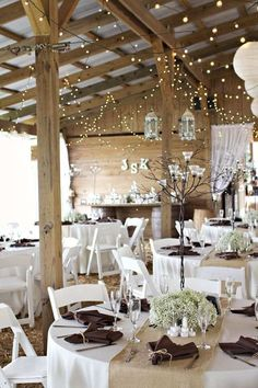 déco mariage hiver - guirlandes lumineuses, centre de table en gypsophiles, serviettes marron et chemin de table en toile de jute