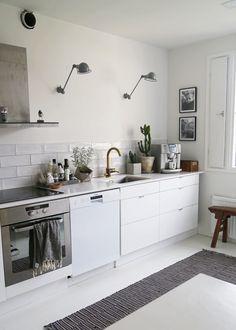 Mekkotehdas: Kurkistus keittiöön Swedish Interior Design, Swedish Interiors, Interior Design Kitchen, Scandinavian Design, Interior Decorating, Kitchen Tile, Kitchen Dining, Kitchen Decor, Kitchen Small