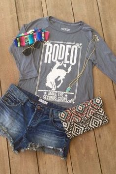 34 Western Women Outfits Inspirations To Add To Your Colection - GoodWear Cowgirl Outfits, Western Outfits, Western Wear, Western Chic, Cowgirl Fashion, Country Style Outfits, Country Fashion, Texas Fashion, Rodeo Shirts