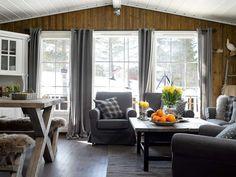 NYE STUE: Med hvitmalt tak, vinduer og lister fremstår stuen som helt ny. De beisede veggene gir den en varm glød. Veggene er behandlet med Tyrilin interiørbeis i fargen Drivved. Gulvet er behandlet med Butinox gulvmaling i mørk grå, deretter matt gulvlakk oppå.