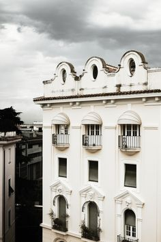 This transformed Rome Apartment by Italian architecture firm Quincoces Drago & Partners showcases classical detailing with contemporary furniture. Building Facade, Building Exterior, Building Ideas, Architecture Plan, Architecture Details, Classic Architecture, Contemporary Architecture, Santorini, Milan Apartment
