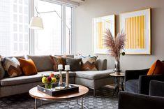 Mooie kleurcombinatie: grijze bank met oranje/roest/koperkleurige kussens