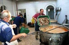 Di palestina ada kota namanya Kholil  madinatul kholil   kotanya Nabi Ibrohim kholilulloh  orang kaya di kota itu setiap bada dhuhur membagikan makanan nasi daging kpd seluruh miskin di kota tsb  hingga tak ada satupun orang lapar  berjalan adat akhlaq Nabi Ibrahim tsb hingga kini .  #infoPalestina #palestine #savePalestine   #Repost onedayonejuz #sedekah