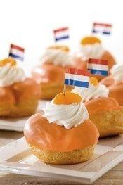 Oranjesoezen zijn de ideale versnapering op #Koningsdag. Voor bij de koffie of om te verkopen op de vrijmarkt! Zo maak je deze oranje snacks makkelijk en snel zelf.