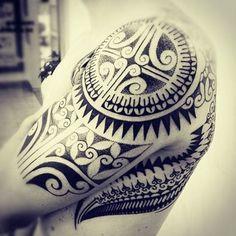 beau tatouage homme épaule