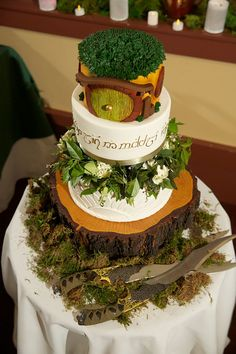 Middle-earth came to central California at this Middle-earth wedding. Don't miss the Mount Doom centerpieces, Hobbit hole cake, and misty first dance. Bolo Hobbit, Hobbit Cake, The Hobbit, Hobbit Wedding, Hobbit Party, Medieval Wedding, Gothic Wedding, Forest Wedding, Middle Earth Wedding