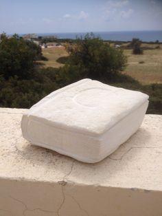 Boek gemaakt van een steen gemaakt door Marjen Blanken. Deze steen leek al erg op een boek; ik vond deze kalkzandsteen op het strand op Cyprus.